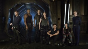 v.l.n.r.: Four (Alex Mallari Jun.), Six (Roger Cross), Three (Anthony Lemke), Two (Melissa O´Neil), One (Marc Bendavid), Five (Jodelle Ferland) und The Android (Zoie Palmer).